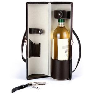 El porta vino con sacacorchos además de ser de curpiel cuenta con un broche metálico